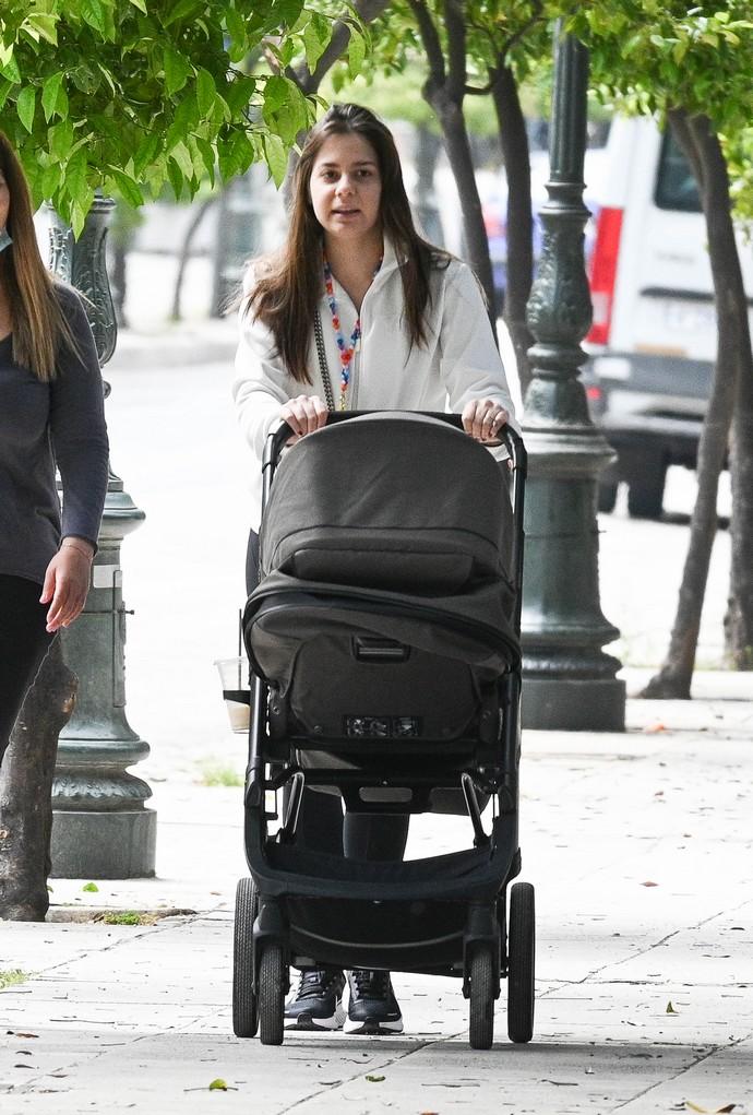Αλεξάνδρα Κωστοπούλου: Βόλτα με το μωρό της Τζένης Μπαλατσινού στο κέντρο. Η  καλύτερη μεγάλη αδερφή