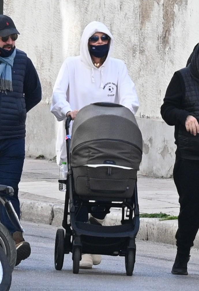 Στη βόλτα με το μωρό της η Τζένη Μπαλατσινού φόρεσε το κολάν με τον πιο updated τρόπο