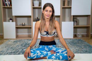 Yoga στο κρεβάτι: Οι ασκήσεις που θα σε γεμίσουν ενέργεια για όλη τη μέρα