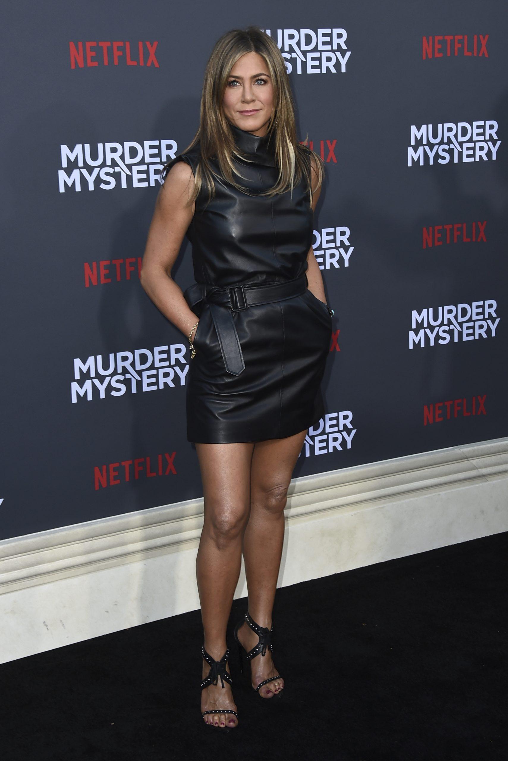 H Jennifer Aniston με μίνι δερμάτινο φόρεμα