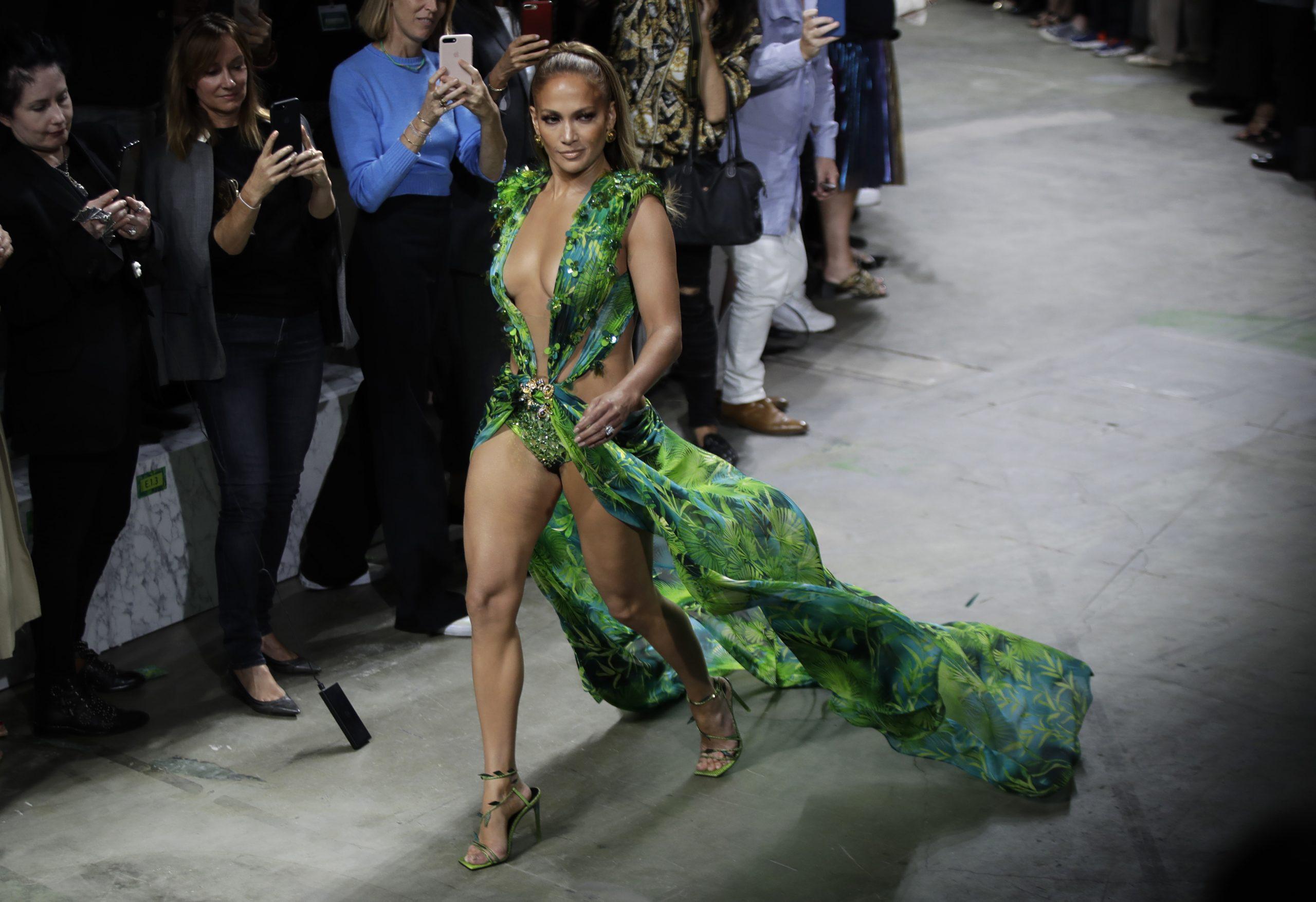 Η δέκα χρόνια μετά τα 40 Jennifer Lopez, φόρεσε μια παραλλαγή του σέξι Versace φορέματος που είχε φορέσει το 2000, είκοσι χρόνια μετά