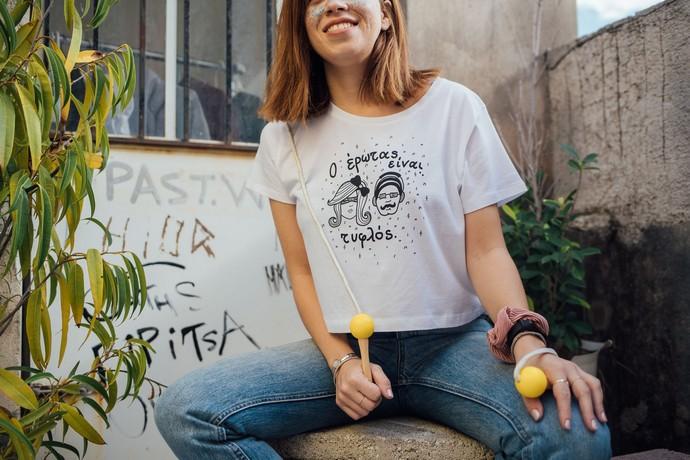 crop t-shirt με slogan «Ο έρωτας είναι τυφλός»