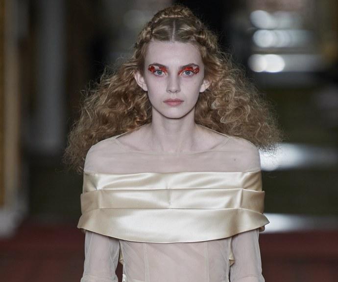 Τα hair looks στο catwalk της Simone Rocha ήταν μία ωδή στα φυσικά μαλλιά