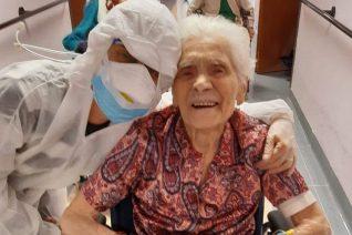 Μία γιαγιά 104 χρόνων βγαίνει νικήτρια από τη μάχη με τον κορονοϊό