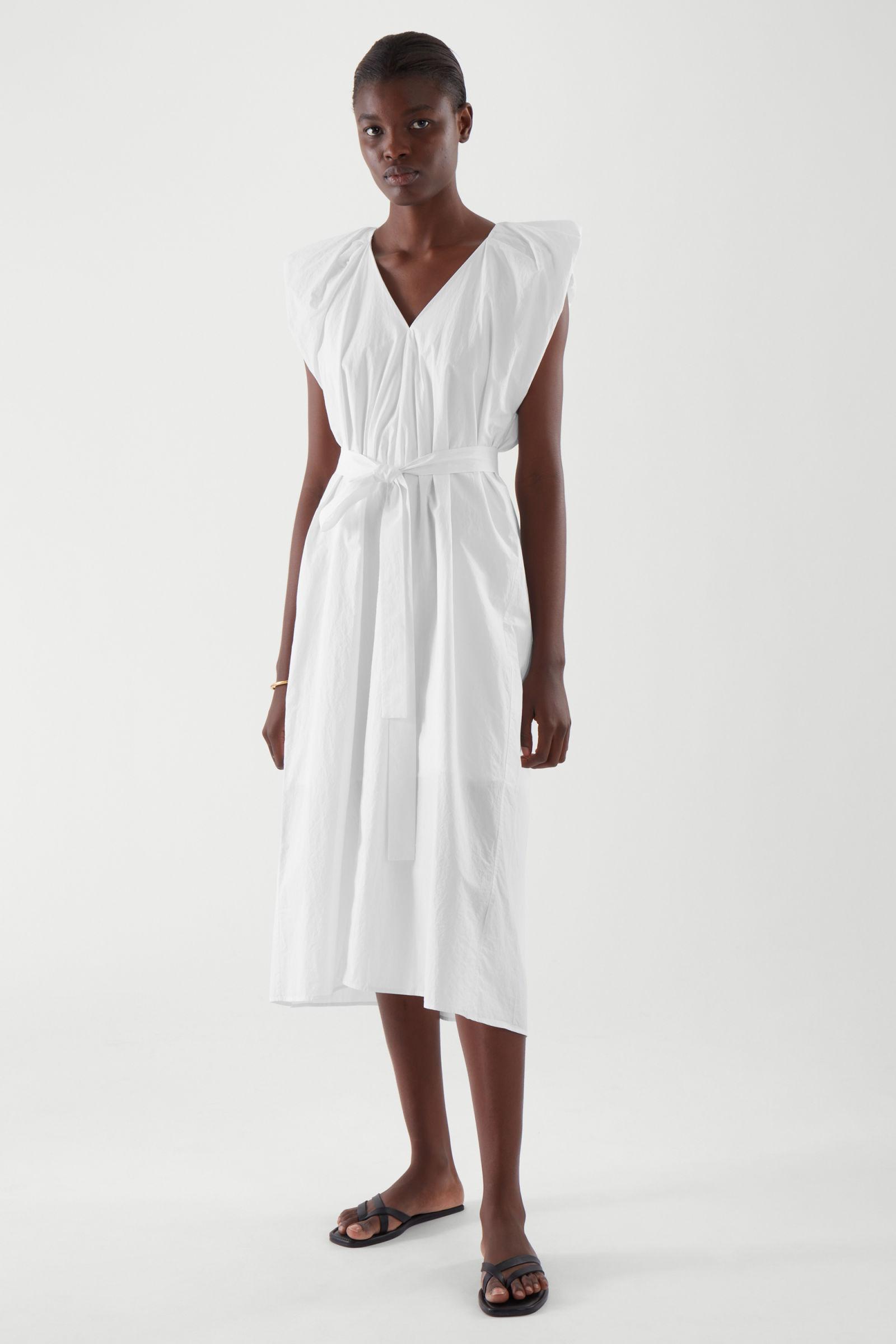 λευκό ντραπέ φόρεμα με ζώνη