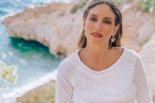 Αθηνά Οικονομάκου: Ποζάρει με μαγιό στην παραλία λίγο πριν γεννήσει