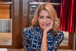 Τζένη Μπαλατσινού: Με το πιο κουλ παντελόνι και λευκά sneakers στο κέντρο της Αθήνας