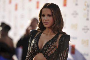 Η Kate Beckinsale τόλμησε να ντύσει με μπικίνι την κρίση μέσης ηλικίας της