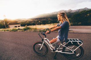 Πόσες θερμίδες καις κάνοντας ποδήλατο (και 2 οφέλη που δεν ήξερες)