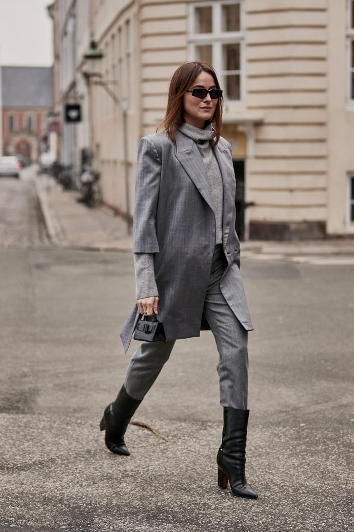 Γκρι κοστούμι και μαύρες μπότες