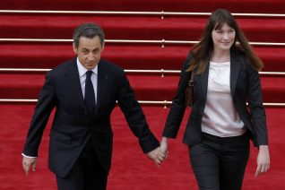 Carla Bruni: Η σπάνια φωτογραφία με τον Sarkozy για τα γενέθλιά του