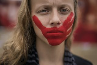 Λέγεται «διορθωτικός» βιασμός και θέλει να κάνει τις λεσβίες, «φυσιολογικές» γυναίκες