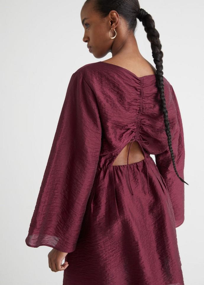 Φόρεμα με άνοιγμα στην πλάτη
