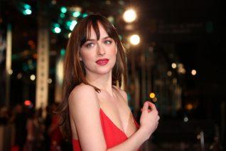 Dakota Johnson: Απαντά στο αν όντως «μισεί» τον Jamie Dornan