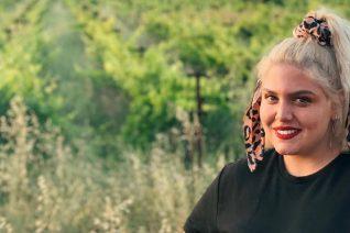 Η Δανάη Μπάρκα άλλαξε και πάλι τα μαλλιά της. Αντίο ξανθό, αντίο καρέ