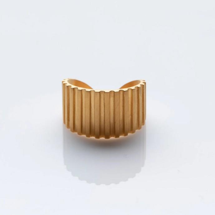 Επιχρυσωμένο δαχτυλίδι με ανάγλυφο pattern
