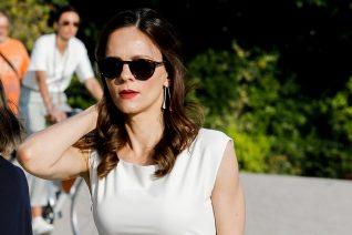 Το μίνι λευκό φόρεμα της Έφης Αχτσιόγλου και οι «λάθος» γόβες