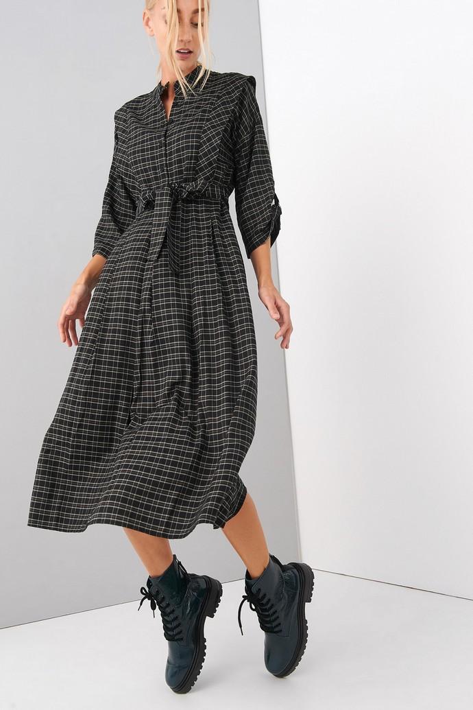 Καρό φόρεμα με έντονους ώμους