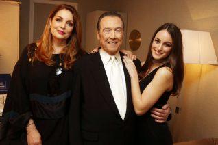 Η Άντζελα Γκερέκου γιορτάζει στην αγκαλιά του Τόλη Βοσκόπουλου και της κόρης τους