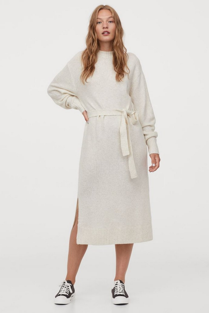 Πλεκτό φόρεμα με ίδια πλεκτή ζώνη και άνοιγμα στο πλάι