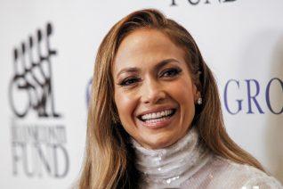 Η Jennifer Lopez ποζάρει με την κόρη και τη μητέρα της. Διαχρονική ομορφιά