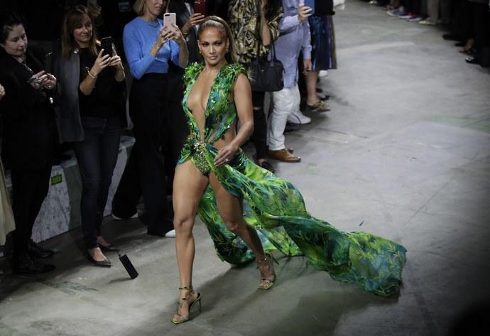 H Jennifer Lopez στην πασαρέλα του οίκου Versace το 2019