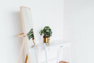Θαμπός καθρέφτης; Ο φυσικός τρόπος να τον καθαρίσεις βρίσκεται στη σαλάτα σου