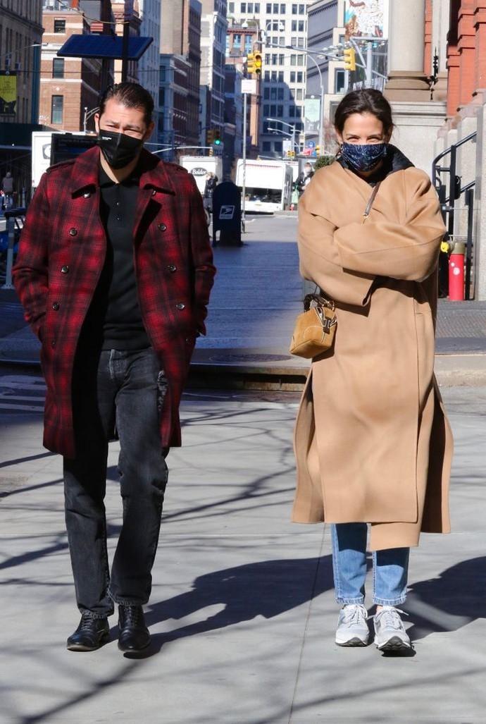 Καμία δεν φοράει το καμηλό παλτό όπως η Katie Holmes και αυτή η εμφάνιση το επιβεβαιώνει