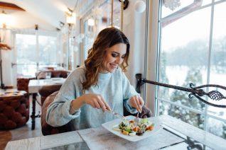 Μόλις έφαγες; Τα 3 πράγματα που δεν πρέπει να κάνεις ποτέ μετά το φαγητό