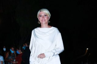 Η Σία Κοσιώνη στο Ηρώδειο ντυμένη στα λευκά. Μπορούσε και καλύτερα