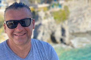 Ο Γιώργος Λιάγκας δεν είναι μόνος. Οι φωτογραφίες με τη νέα του συνοδό στα Κουφονήσια