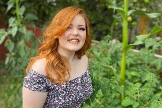 Lucy Edwards: Η 24χρονη τυφλή γυναίκα που δείχνει στο TikTok πώς βάφεται (κι όχι μόνο) και γίνεται viral