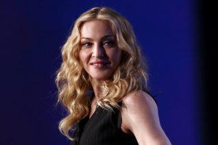 Η Madonna φωτογραφίζεται με τη Λούρδη και η τριχοφυΐα της προκαλεί αντιδράσεις. Κλασικά εικονογραφημένα