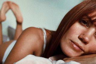 Η Μαίρη Συνατσάκη «φορά» στο γυμνό κορμί της τα υβριστικά σχόλια που έχει δεχθεί