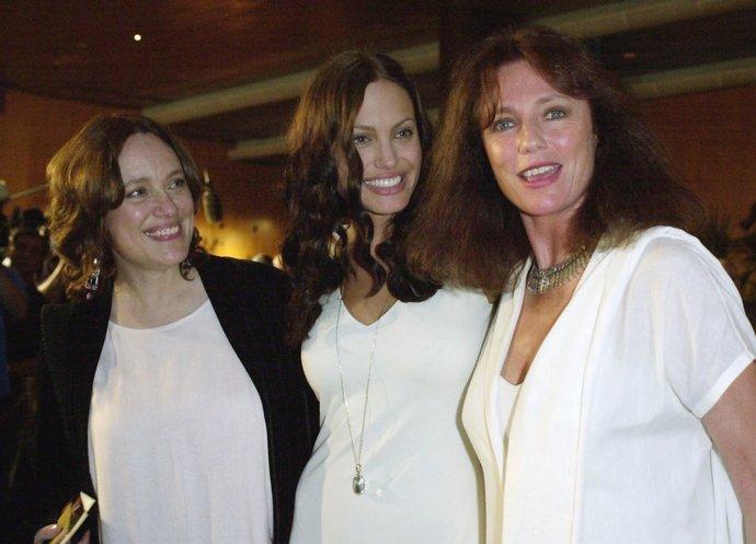 "H Angelina Jolie στην πρεμιέρα της ταινίας της ""Original Sin"" με τη μητέρα της, Marcheline Bertrand (αριστερά) και τη Jacqueline Bisset (δεξιά) το 2001."