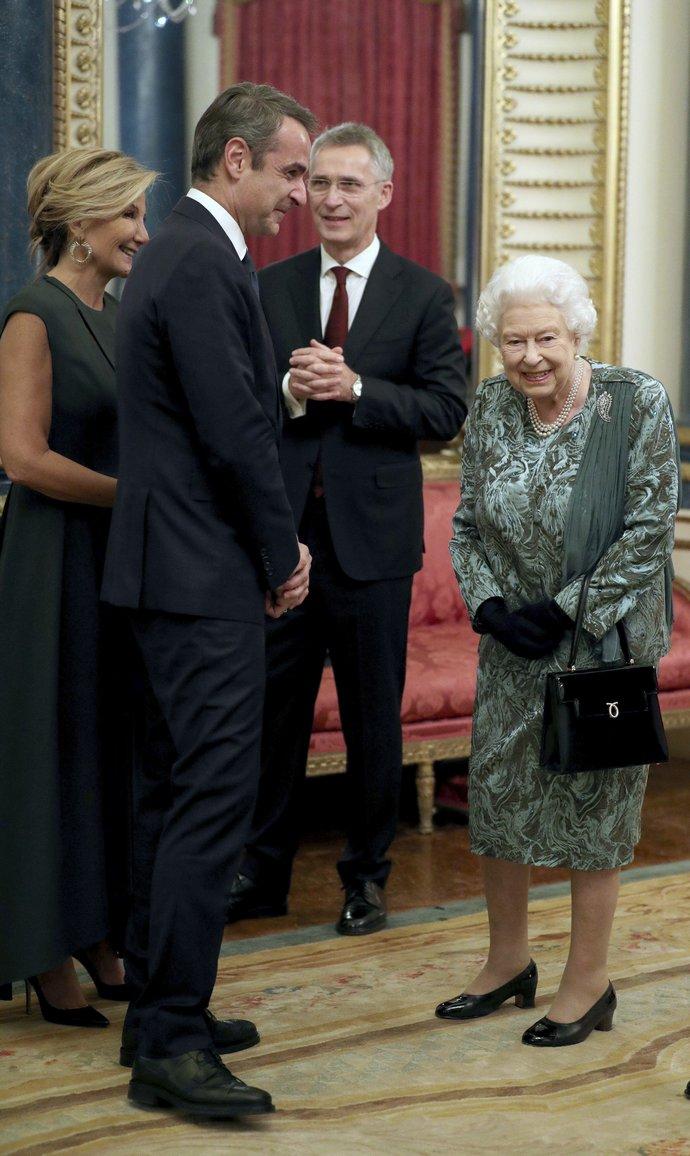O Κυριάκος Μητσοτάκης και η Mαρέβα Γκραμπόσφκι-Μητσοτάκη και η Βασίλισσα Ελιβάσετ στο Buckingham Palace