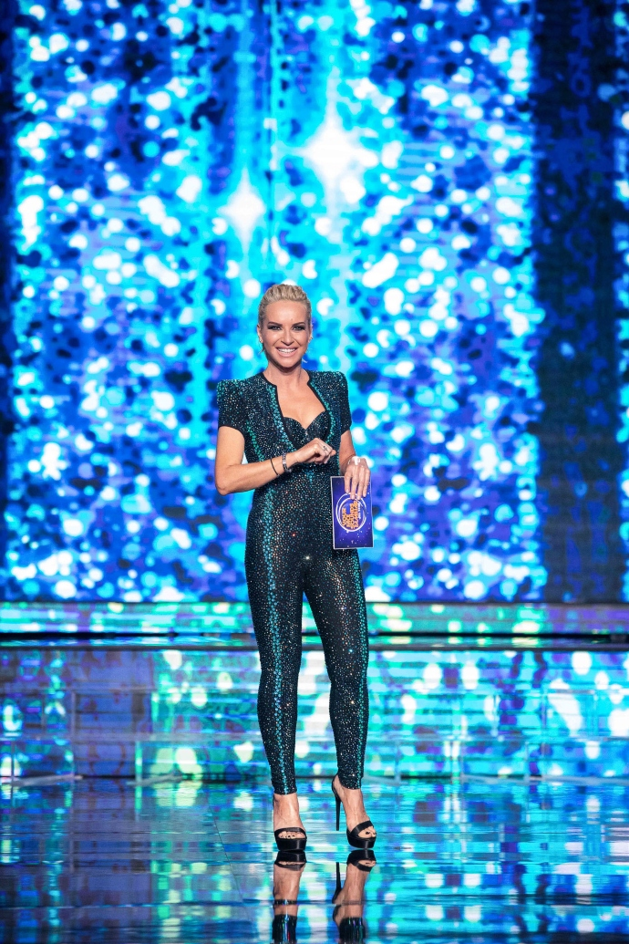 Η Μαρία Μπεκατώρου φόρεσε ένα εφαρμοστό jumpsuit με 25.000 κρύσταλλα Swarovski. Απλά wow