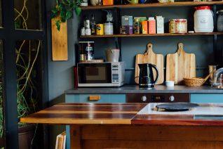5 tips για να καθαρίσεις τον φούρνο μικροκυμάτων (και το κόλπο να διώξεις τις οσμές)