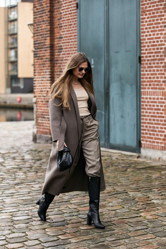 Η Αθηνά Οικονομάκου φοράει τις μπότες με τον πιο καινούργιο τρόπο