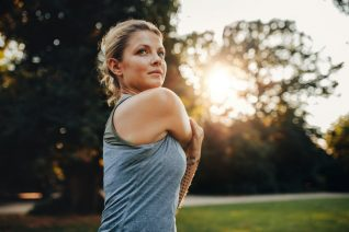 Κάνοντας αυτές τις ασκήσεις για 8 λεπτά, θα μειώσεις το λίπος στα μπράτσα και τους ώμους