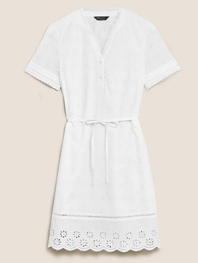 λευκό φόρεμα σε ίσια γραμμή με broderie anglaise λεπτομέρειες