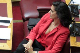 Νόνη Δούνια: Το κόκκινο σακάκι και το βλέμμα «έκπληξη» της Ντόρας Μπακογιάννη
