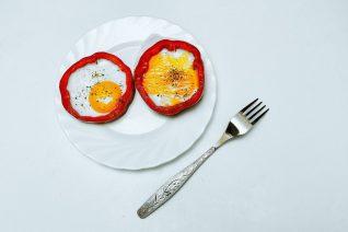 Ολόκληρα αυγά ή μόνο τα ασπράδια; Οι ειδικοί μάς δείχνουν τη σωστή επιλογή
