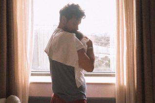 Ο Ορφέας Αυγουστίδης απαθανατίζει τη σύντροφό του ενώ θηλάζει τον νεογέννητο γιο τους. Η πιο τρυφερή φωτογραφία