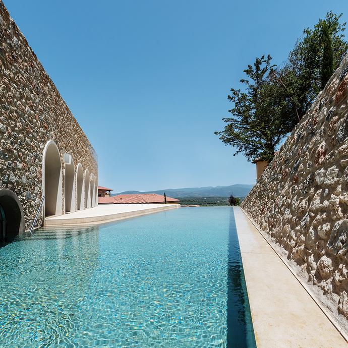 H εξωτερική πισίνα του Euphoria Retreat