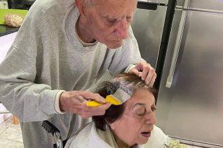 Παππούς 92 χρόνων βάφει τα μαλλιά της συζύγου του. Μαγεία