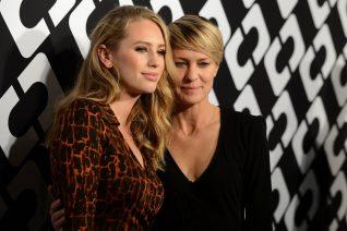 Η Robin Wright φωτογραφίζεται αγκαλιά με την κόρη της. Η λέξη φωτοτυπία είναι λίγη