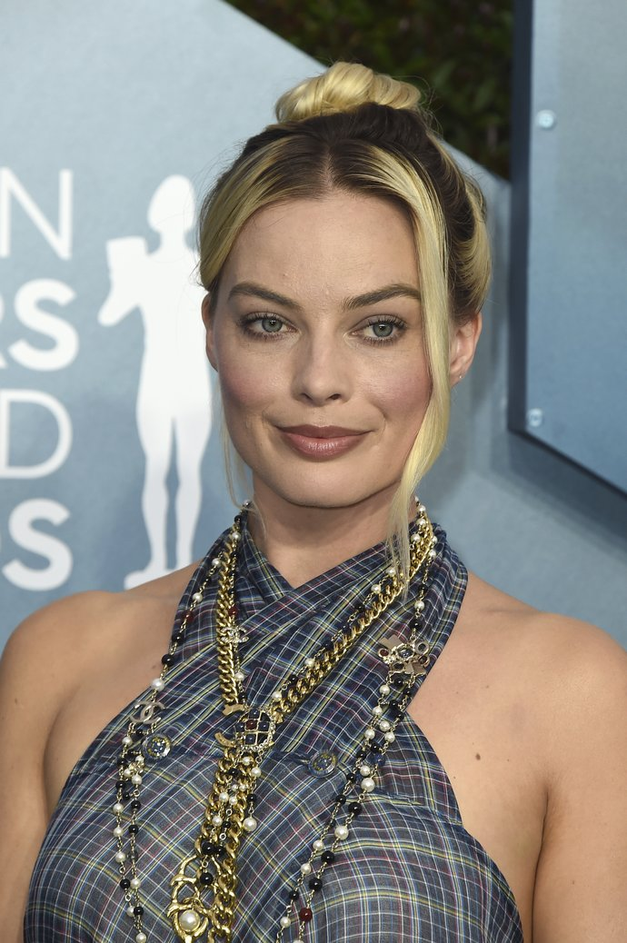 Margot Robbie arrives at the 26th annual Screen Actors Guild Awards