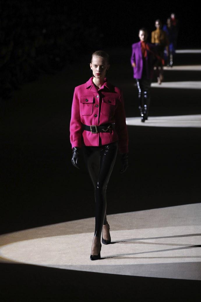 PFW: Μετά το φεμινιστικό μήνυμα του Dior, ο Saint Laurent μας προσφέρει ένα στρατό από latex