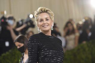 Η Sharon Stone με ολόσωμο μαγιό, είναι η απόδειξη ότι το να σε αγαπάς λειτουργεί